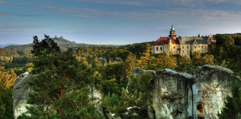 Schloss Hruba Skala, im Hintergrund Ruine Trosky